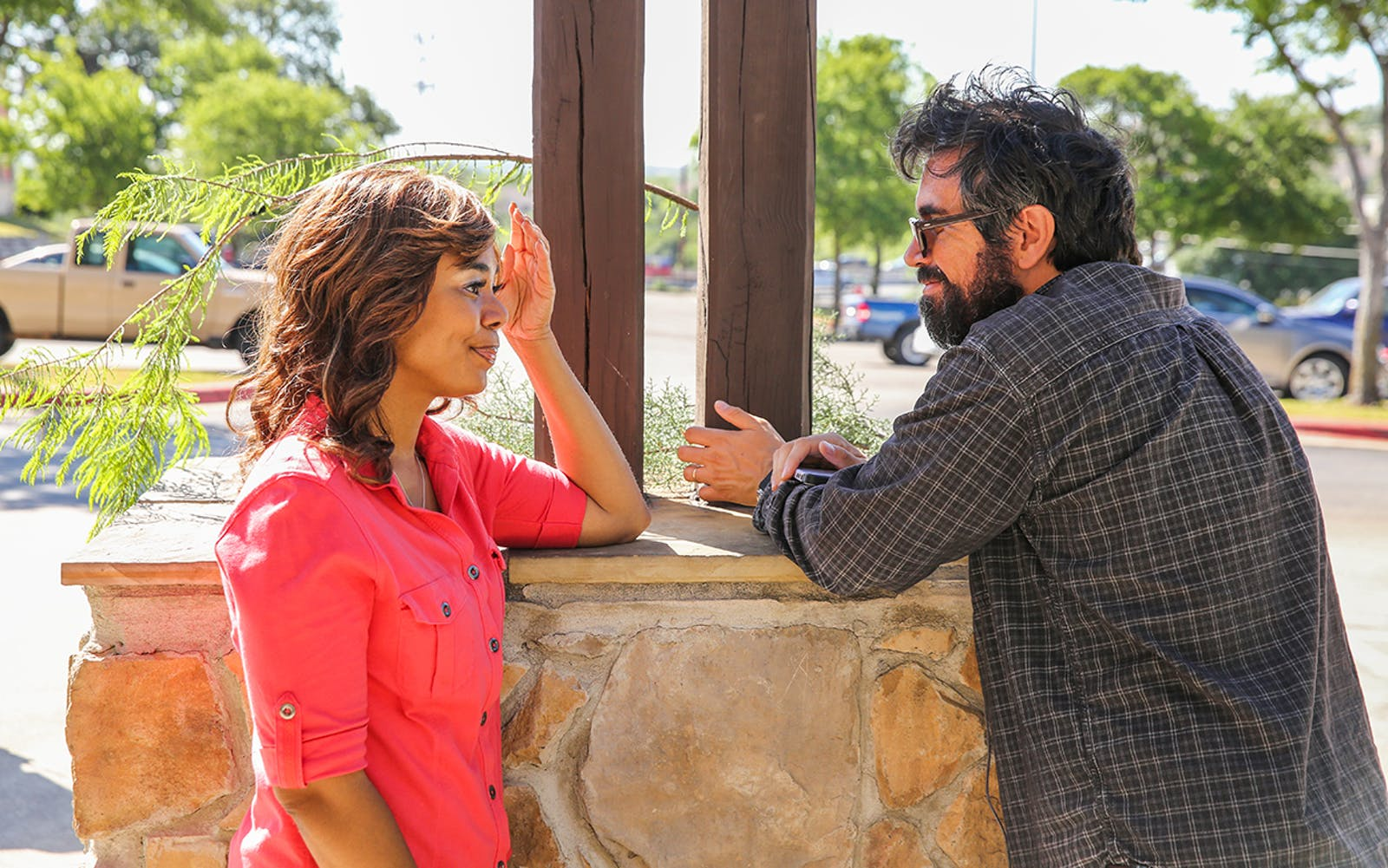 Regina Hall with director Andrew Bujalski on the set of Support the Girls