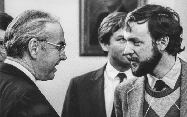 R. G. Ratcliffe (right) interviews U.S. House Speaker Jim Wright at the Texas Capitol in 1989.