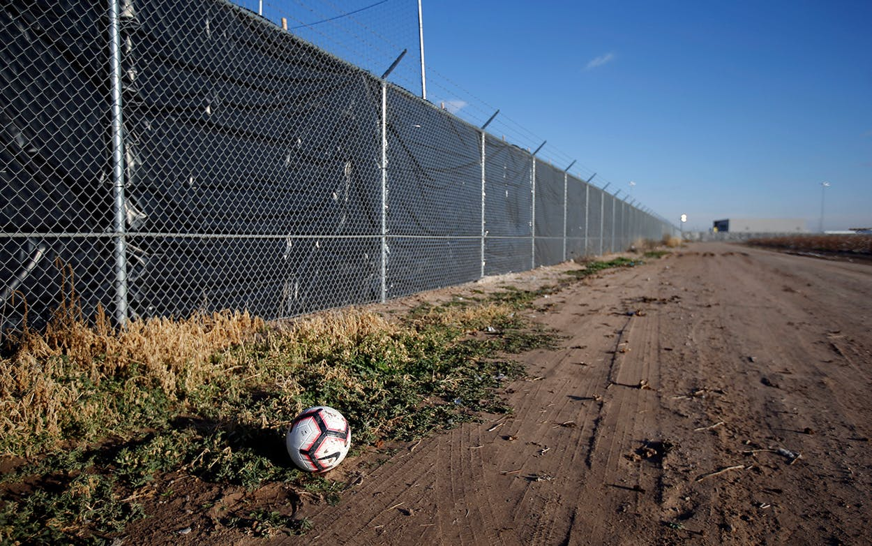 soccer ball tornillo