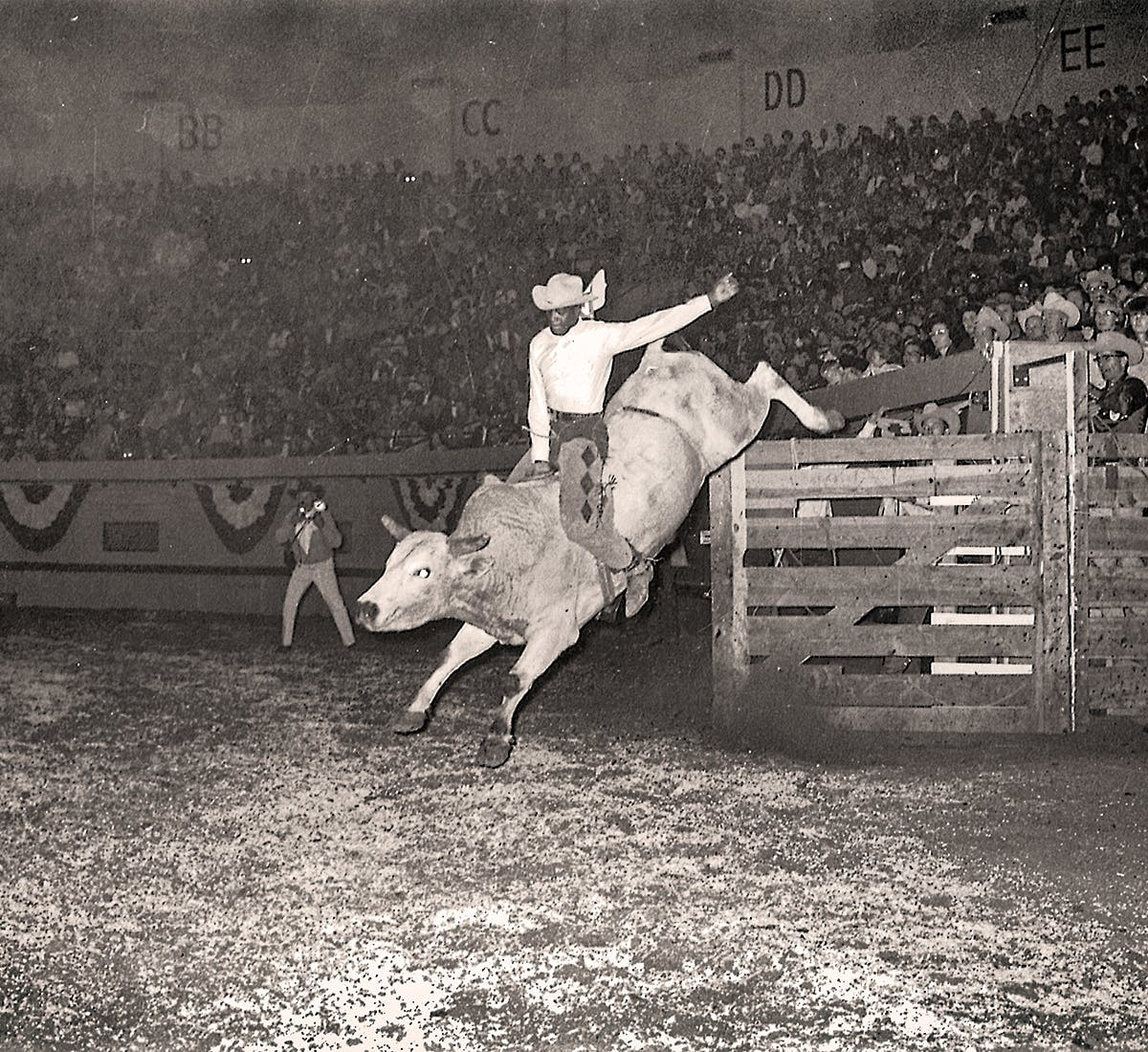 rodeo-Myrtis-Dightman-riding-bull-Oklahoma-city-196