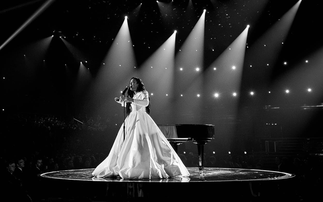demi-lovato-performs-anyone-at-grammys-1