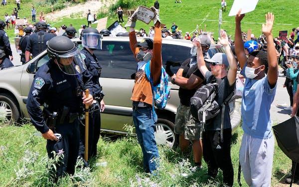 abbott-vs-stats-protest-arrests1