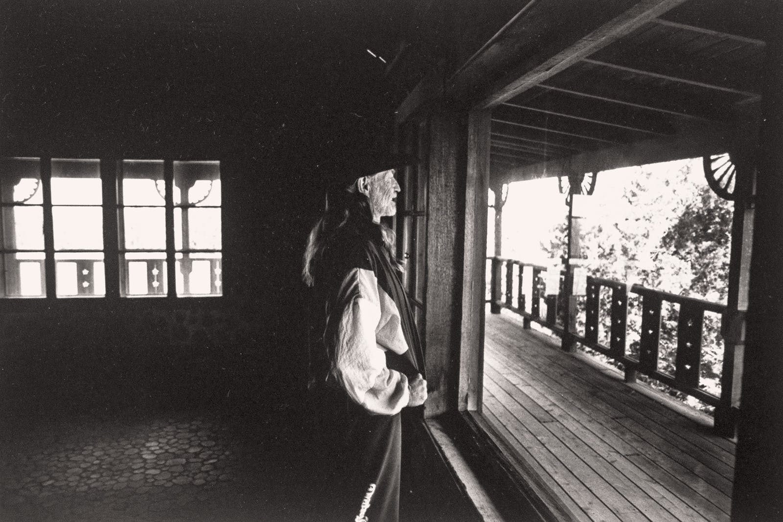 Willie in the cabin on his Hill Country property after the IRS had stripped it of its furniture.