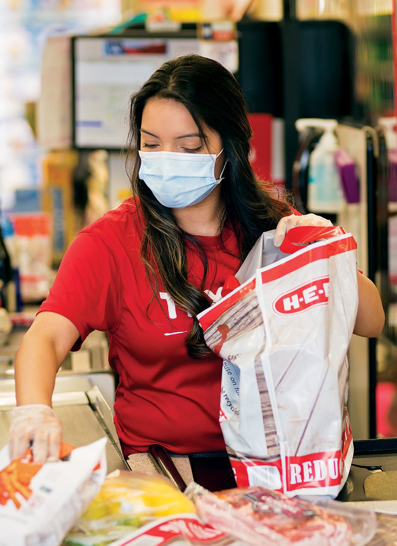 heb-employee-bagging-groceries
