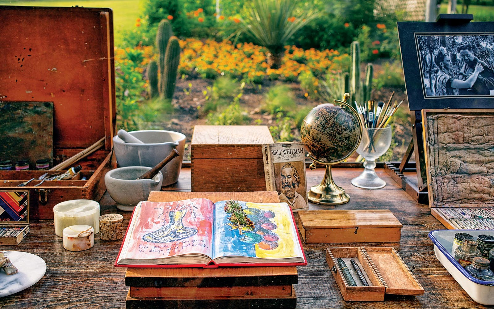 Una réplica del Frida Kahlo Desk se exhibe como parte de la exposición Frida Kahlo Oasis en el Jardín Botánico de San Antonio.