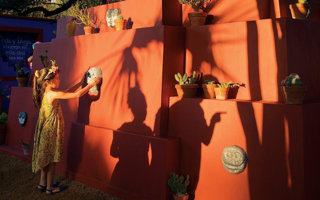 El 7 de mayo de 2021, una joven toca una réplica de la antigua obra de arte colombiana de Diego Rivera en el Jardín Botánico de San Antonio.