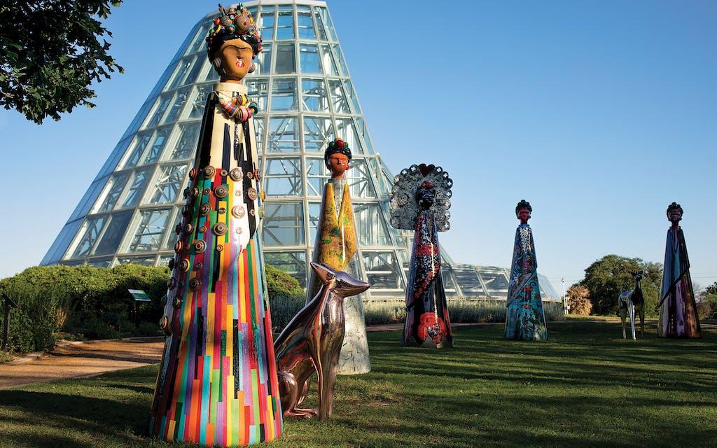 Esculturas de Frida de 7 pies de altura del artista Paul Jorkin en el Jardín Botánico de San Antonio.