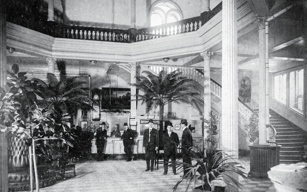Guests inside the Tremont House, in Galveston, circa 1908.